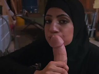 Hijabi MUSLIMA Blows Huge Thick Cock Cumshot Facial
